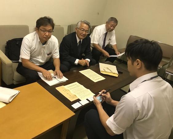 写真は大阪市に申し入れる原発ゼロの会・大阪の代表